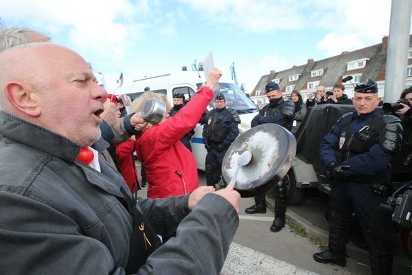 Des manifestants tapant sur des casseroles lors d'un déplacement de François Fillon à Calais le 18 avril