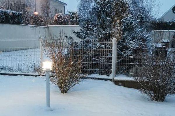 Un jardin recouvert de neige à Gueux.