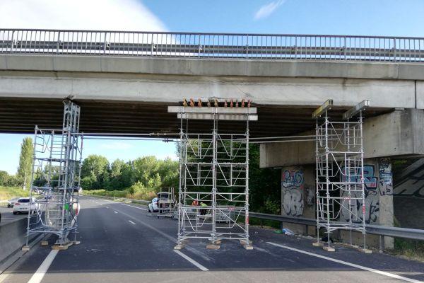 Des travaux d'étaiement ont lieu sur le pont endommagé sur l'autoroute A75 à Veyre-Monton dans le Puy-de-Dôme.
