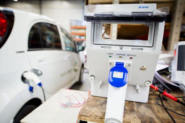 DBT fabrique des bornes de recharge pour véhicules électriques.