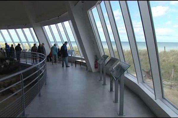 L'une des salles du musée offre une vue panoramique sur la plage où débérquèrent les soldats américains le 6 juin 1944