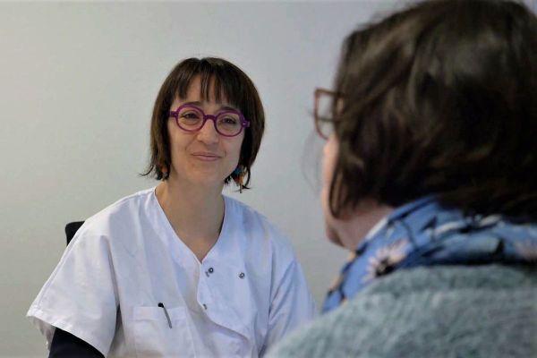 La gynécologue Céline Plard Dugas en consultation au Mans