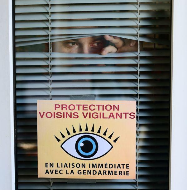 La vigilance entre voisins permet souvent de démasquer les faux vendeurs.