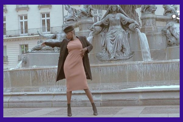Mounia : une femme, une statue, une posture