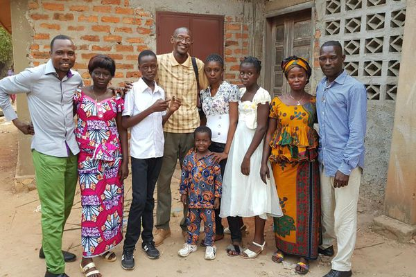 La famille Mondoko lors de leurs retrouvailles au Cameroun en décembre 2017, 4 ans après le départ de Jean-Faustin.