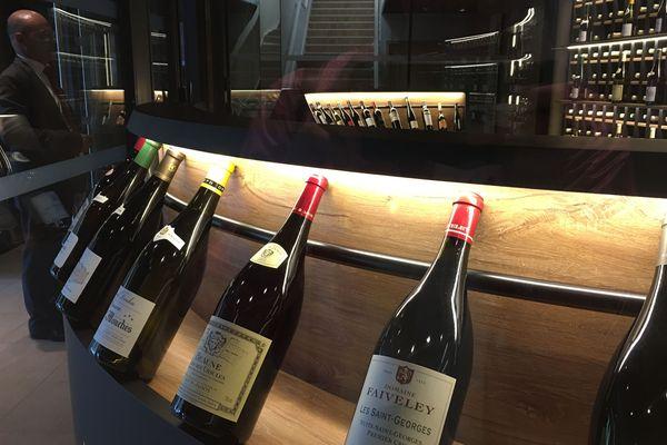 La cave à vin peut contenir jusqu'à 900 bouteilles.