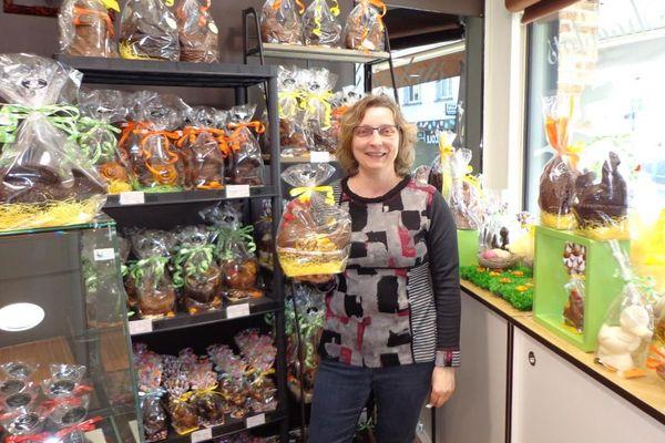 La gérante de la chocolaterie garde le sourire même si elle sait qu'il lui sera difficile d'écouler ses chocolats de Pâques