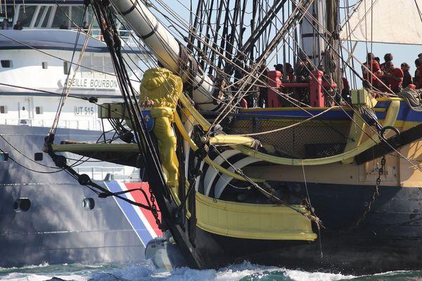 L'Hermione à son départ de Brest en août 2015 - Le remorqueur Abeille Bourbon en arrière-plan.