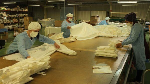 Dans cette partie de l'usine RKF, des blouses réutilisables 60 fois sont produites pour l'hôpital Nord Franche-Comté.