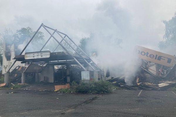 L'ancien hôtel Formule 1 de Sochaux ravagé par un violent incendie la nuit du 10 au 11 mai 2021.