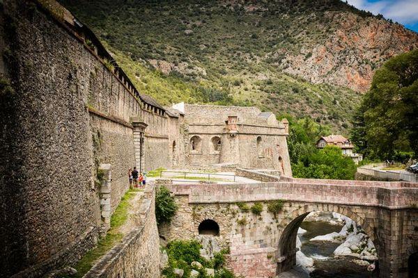 Place forte barrant la route d'Espagne et défendant le Conflent, Villefranche de Conflent fut fortifiée dès le XIe siècle pour défendre l'accès de la Cerdagne contre le Roussillon.