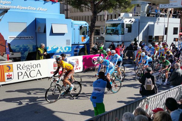Départ de la seconde étape du Tour du Haut-Var, le 22 février 2015
