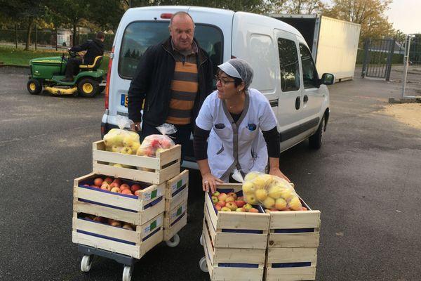 Jean-Claude Deniou, producteur de pommes à Mont-près-Chambord livre les collèges de Blois en direct depuis près de 20 ans.