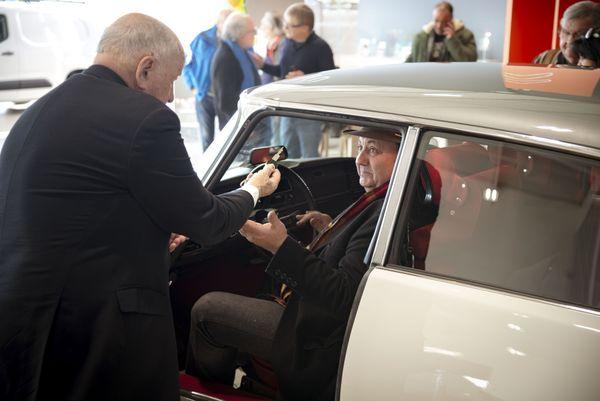 Jacques remet les clés à Jean-Pierre
