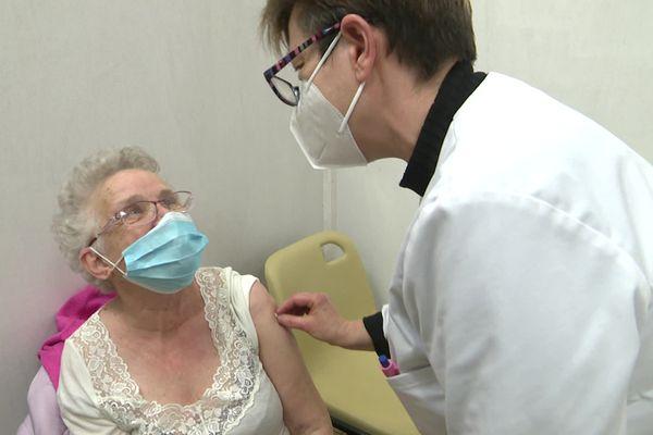 La campagne de vaccination a débuté le 15 mars à Réville. Pendant trois semaines, les personnes âgées de plus de 75 ans qui le souhaitent pourront recevoir leur première injection de vaccin Pfizer.