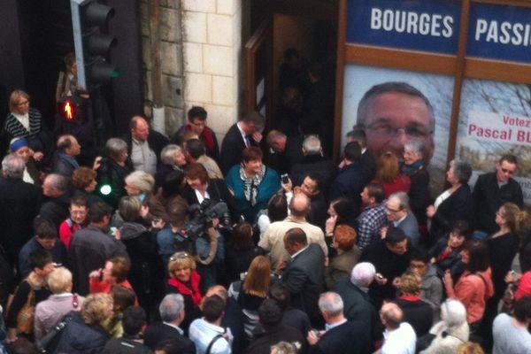 La fête devant la permanence du candidat de l'union de la droite élu Pascal Blanc