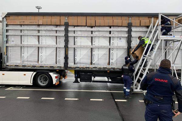Dans ce camion, les cartons remplis de tabac étaient calés au dessus des cartons contenant des jacuzzis.