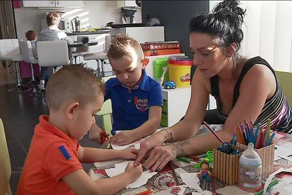 """Mandy Thézier a crée sur les réseaux sociaux """"nounous en colère"""" pour dénoncer les problèmes de paiement des salaires par les parents employeurs."""