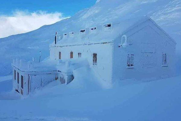 L'hospice du col du Grand-Saint-Bernard sous la neige le 24 décembre 2019
