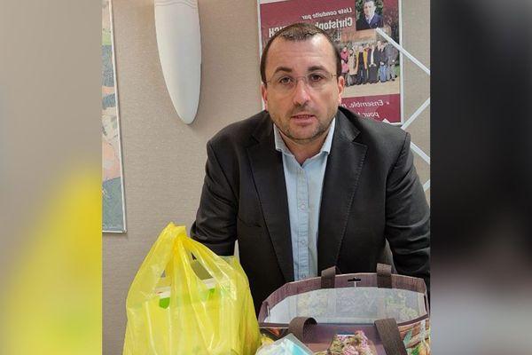 Christophe Dietrich, maire de Laigneville dans l'Oise, présente le cabinet de télémédecine ouvert sur rendez-vous durant le confinement