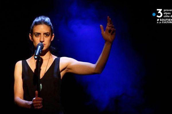 Aliénor De Georges, harpiste et chanteuse dans plusieurs groupes