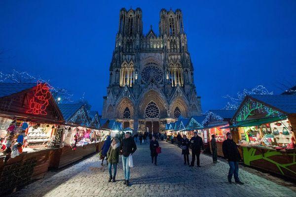 Les chalets du marché de Noël sont habituellement disposés sur le parvis de la cathédrale, en plein centre-ville