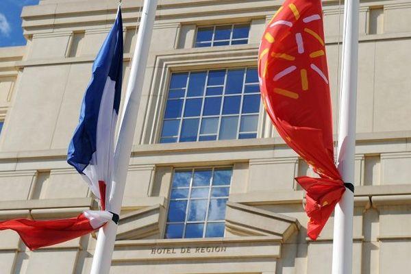 Le drapeau régional devant l'Hôtel de région