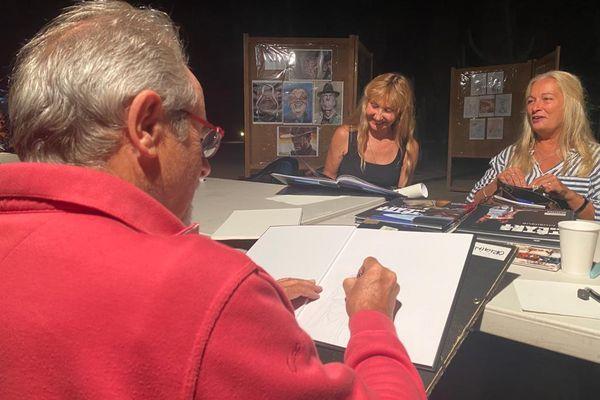 Le public a la possibilité de se faire tirer le portrait, avant, après, ou même pendant le concert par l'un des sept dessinateurs de Cartoons in Tavagna.