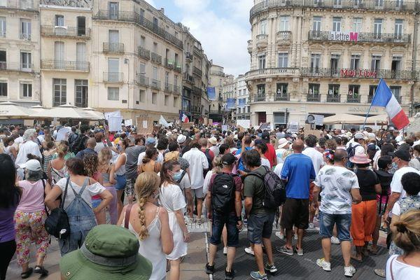 3 000 à 5 000 personnes réunies contre le pass sanitaire sur la place de la Comédie ce samedi 24 juillet, à Montpellier.