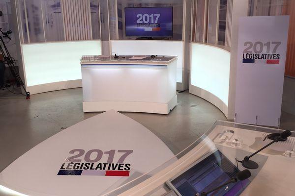 Le plateau des débats de france 3 Côte d'Azur.