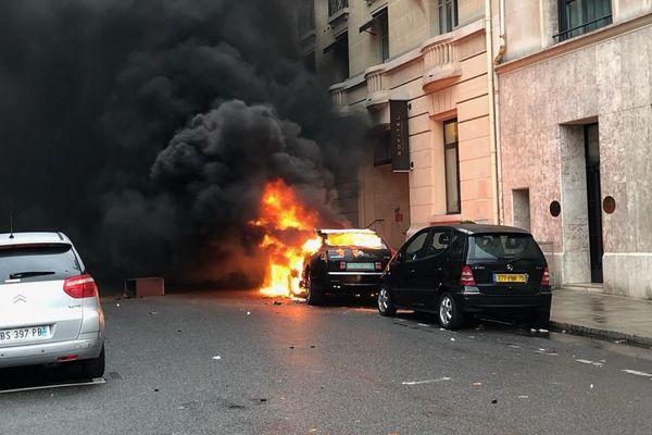 Une voiture diplomatique en feu près des Champs-Elysées.