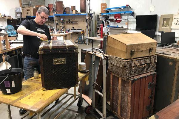 Jean-Philippe Rolland, collectionneur et restaurateur malletier, dans son atelier.