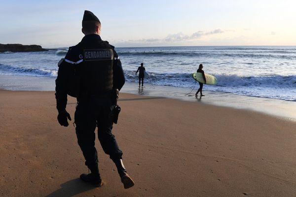 Les gendarmes arpentent les plages de Guidel à la recherche de ballots de cocaïne