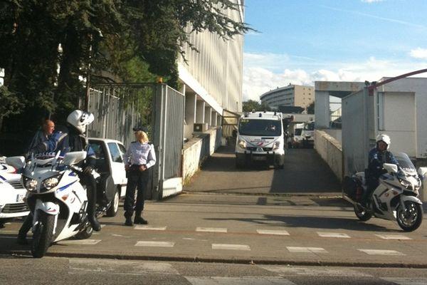 Ce mercredi 3 octobre à 16h30, les suspects ont quitté le commissariat de Grenoble dans les fourgonnettes de police, pour rejoindre le Tribunal où huit d'entre eux ont été déférés.