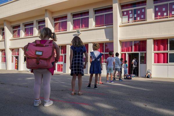 Faut-il un assouplissement des règles sanitaires à l'école ?