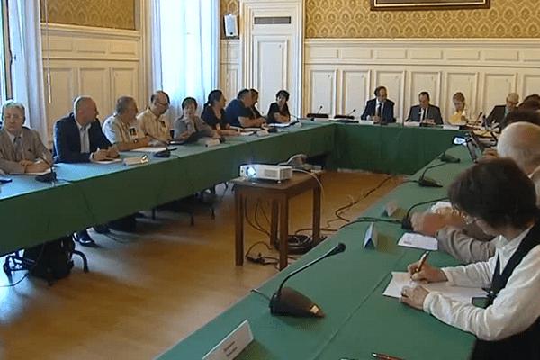 """Alors que le préfet """"préfigurateur"""" de la grande région, Michel Delpuech, avait rassemblé lundi matin à Lyon les organisations syndicales de Rhône-Alpes et Auvergne, la CGT, la FSU, Solidaires et FO ont quitté la réunion."""