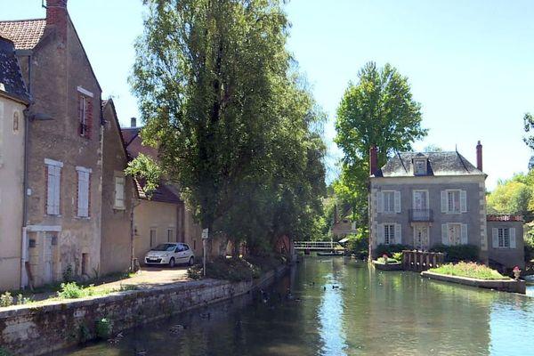 La commune de Donzy, dans la Nièvre, compte environ 1 600 habitants.