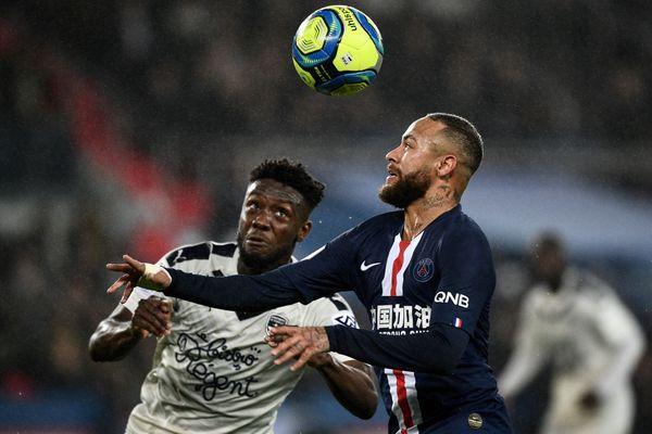 L'attaquant brésilien du Paris Saint-Germain Neymar (à droite) se bat pour le ballon avec l'attaquant nigérian de Bordeaux Samuel Kalu lors du match de football français L1 entre le Paris Saint-Germain (PSG) et les Girondins de Bordeaux au stade du Parc des Princes à Paris, le 23 février 2020.