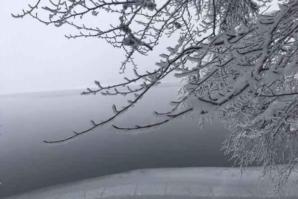 Sur les berges du lac Pavin tout est immobilisé par le gel.