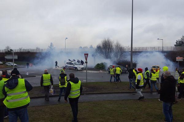 Gaz lacrymogènes sur le rond-point d'entrée de la zone commerciale de Langueux vers 14h30, ce samedi 8 décembre