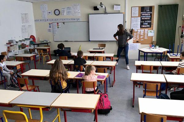 Castelnau-le-Lez (Hérault) - une classe version déconfinement, peu d'élèves, professeur masqué et désinfections répétées - 5 mai 2020.