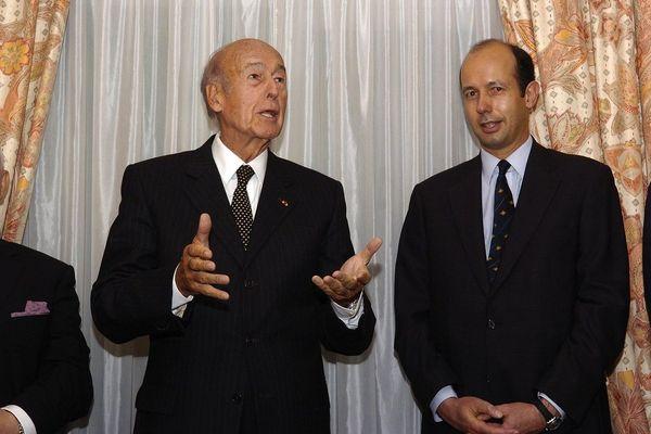 Louis Giscard d'Estaing est ici aux côtés de son père Valéry Giscard d'Estaing le 26 octobre 2006 à Chamalières (Puy-de-Dôme).