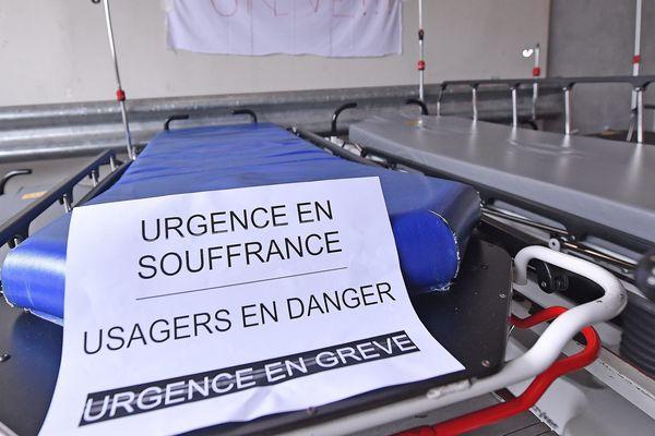 Deux brancards au sein d'un service des urgences dans un hôpital lyonnais le 20 mai 2019.