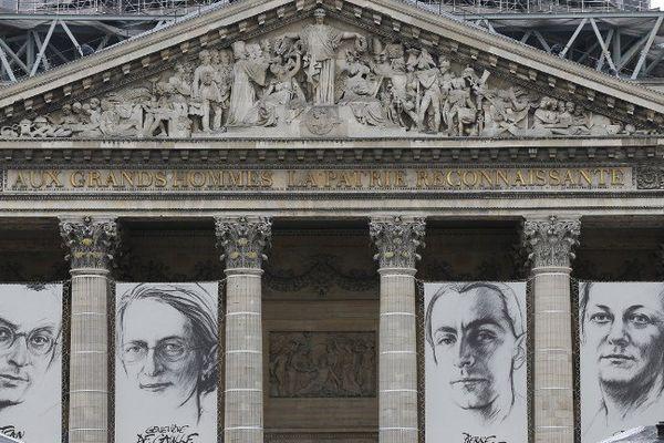 Les portraits de Jean Zay, Geneviève De Gaulle-Anthonioz, Pierre Brossolette et Germaine Tillon, par l'artiste Ernest Pignon-Ernest, devant le Panthéon.