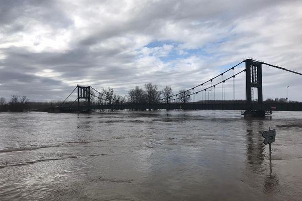 Le pont de Marmande presque submergé par la Garonne, le 3 février 2021.