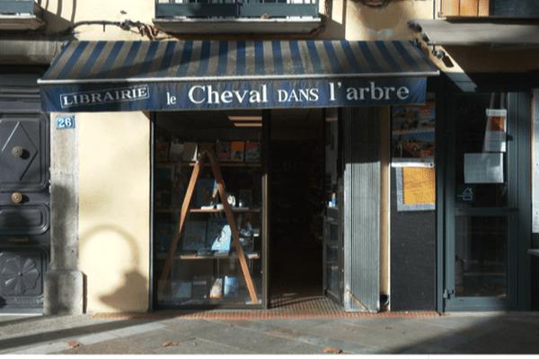 """La librairie"""" Un cheval dans l'arbre"""" située dans l'allée ombragée du boulevard Joffre à Céret."""