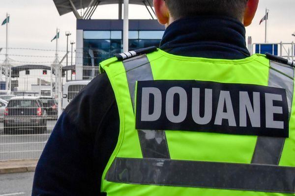 Un douanier au terminal Transmanche de Calais (Illustration).