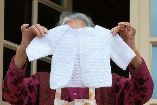Ginette Vergez tricote des vêtements chauds pour les personnes dans le besoin
