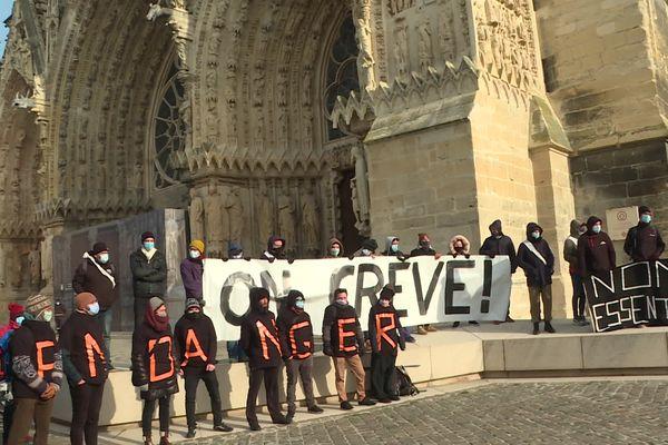 Les acteurs du monde de la culture ont manifesté devant la cathédrale de Reims, le 12 février 2021, à l'occasion du déplacement de la ministre de la Culture Roselyne Bachelot.