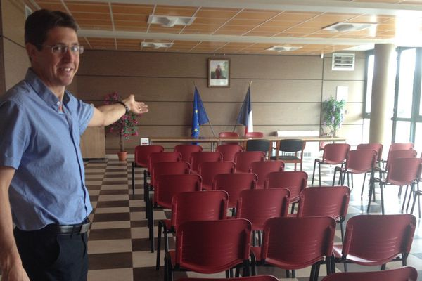 Le maire de Naves Christophe Jerretie montre la salle de mariage de la ville.